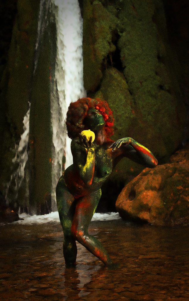 eve sous une cascade de couleur