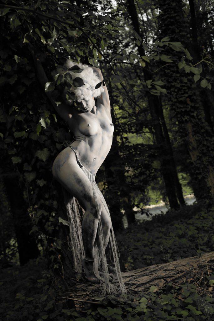 femme amazone au pied d'un arbre