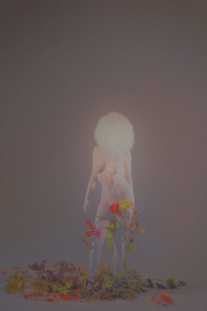 le corps d'une femme fusione avec les plantes