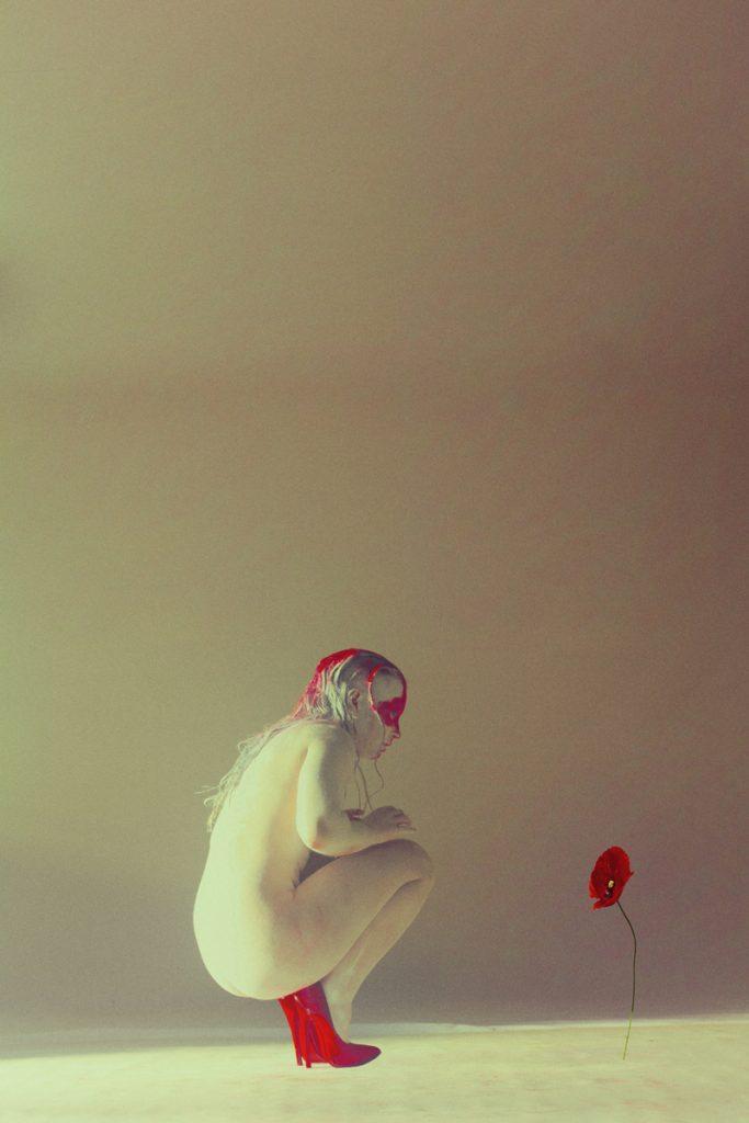 la femme amazone regarde la fleur