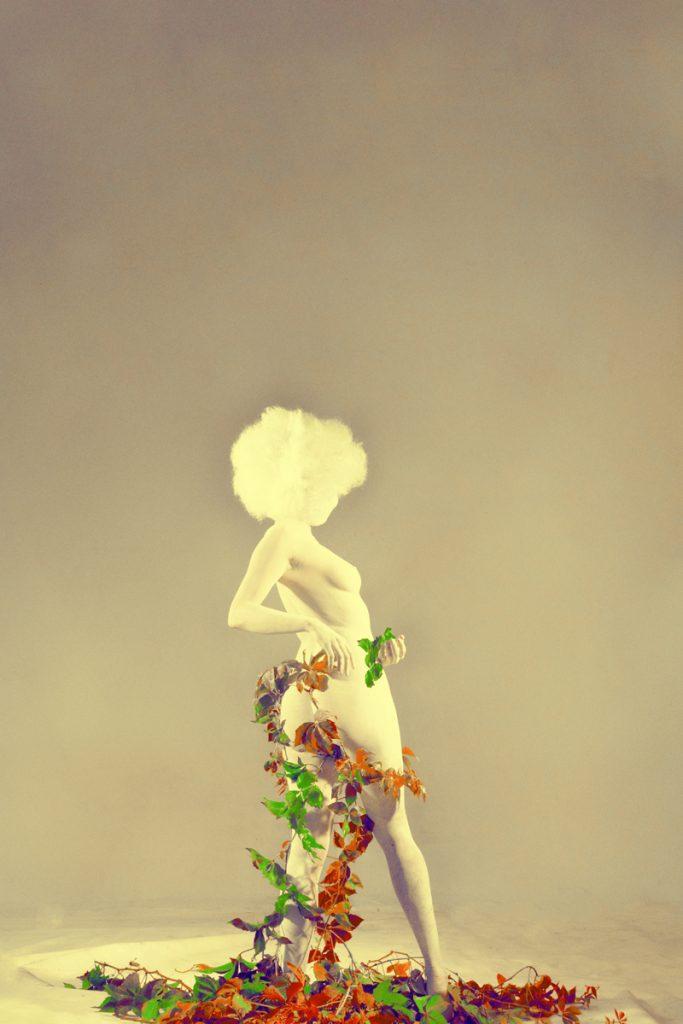 le lierre grimpe sur le corp de la femme
