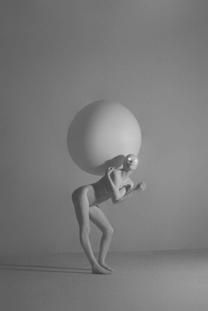 la femme est le nombril du monde, jouant tel un chat avec ça pelote.
