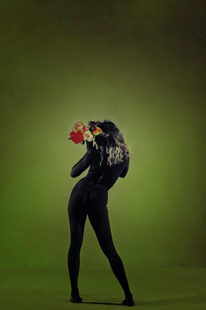 la femme arbore sont bouquet de fleur